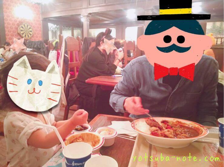 カレーを食べる父と娘